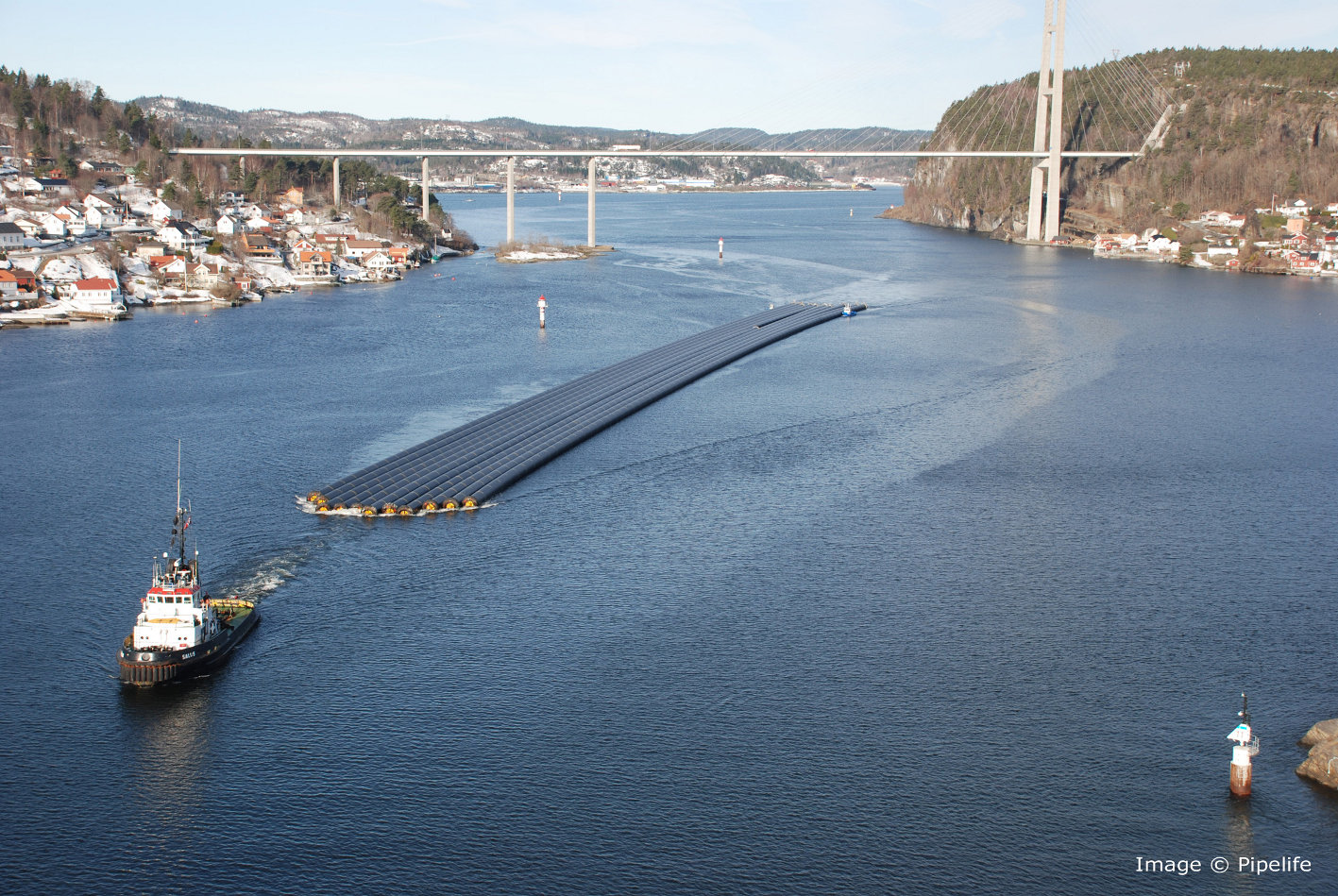 Through extrusion of the large-diameter pipes directly into the sea and their transport by tugboat, transport costs can be saved and the risk of damage in transit minimized as well. Quick laying with only few joints is also possible. (photo: Pipelife)