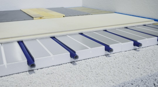 Core piece of the mfh-philosophy: 10-33mm strong and compression-resistant heating systems on insulat-ing levelling layer with locked aluminium heat conduction and heat conducting dry screeds for all floor constructions. – Minimum building / Maximum possibility of regulation / Lowest heating water temperatures. (photo: mfh)
