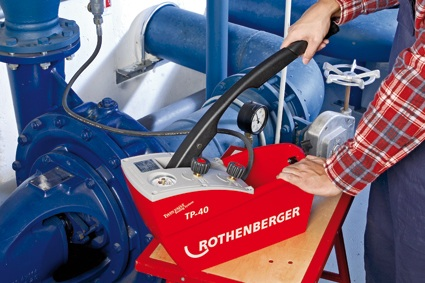 Leakage Test: The precision testing pump TP 40-S is designed for use when exact testing pressures– according to the manufacture guidelines – need to be met. (photo: Rothenberger)
